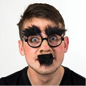 Nase mit Brille und Schnurrbart