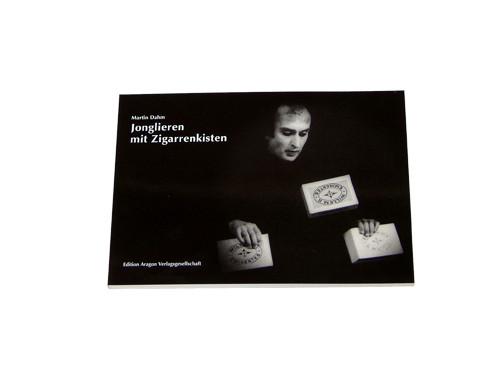 Jonglieren mit Zigarrenkisten