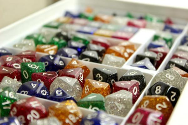 Würfelbox mit 99 verschiedenen Glitter Würfeln