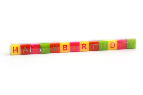 Quadratische Kerzen beschriftet mit Happy Birthday